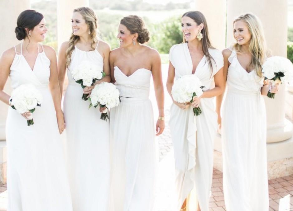 Afinal, madrinhas podem usar vestido branco ou preto em casamentos?